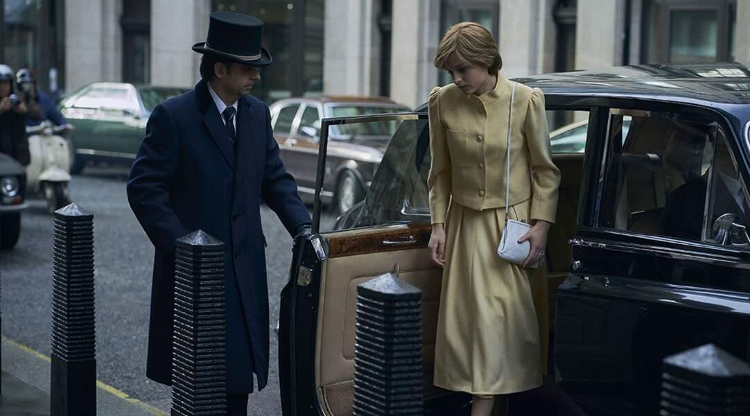 Pour l'incroyable déjeuner entre Camilla et Diana, The Crown a habillé son actrice avec un tailleur jaune pâle.