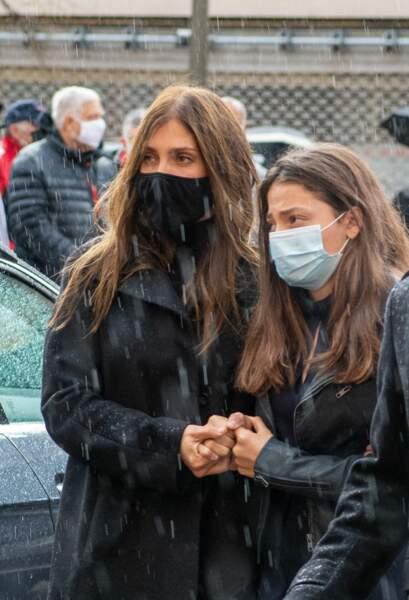 Loretta, la femme de Christophe Dominici, et Chiara, sa fille, se soutiennent dans ce drame