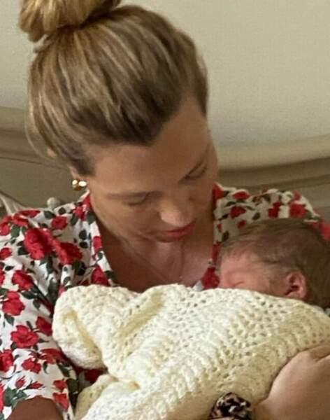 né le 29 avril, le petit Wilfred Lawrie Nicolas Johnson tendrement lové contre sa maman, Carrie Symonds