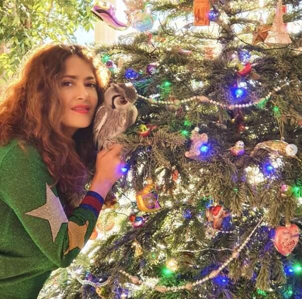 Salma Hayek et sa chouette (oui oui) Kering sont prêtes pour Noël.