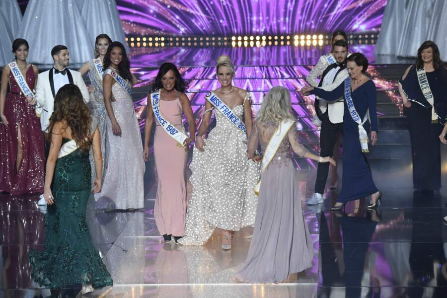 Des duos de Miss France défilent tour à tour (ici Nathalie Marquay-Pernaut, Miss France 1987 et Élodie Gossuin, Miss France 2001), mais gare à la chute !