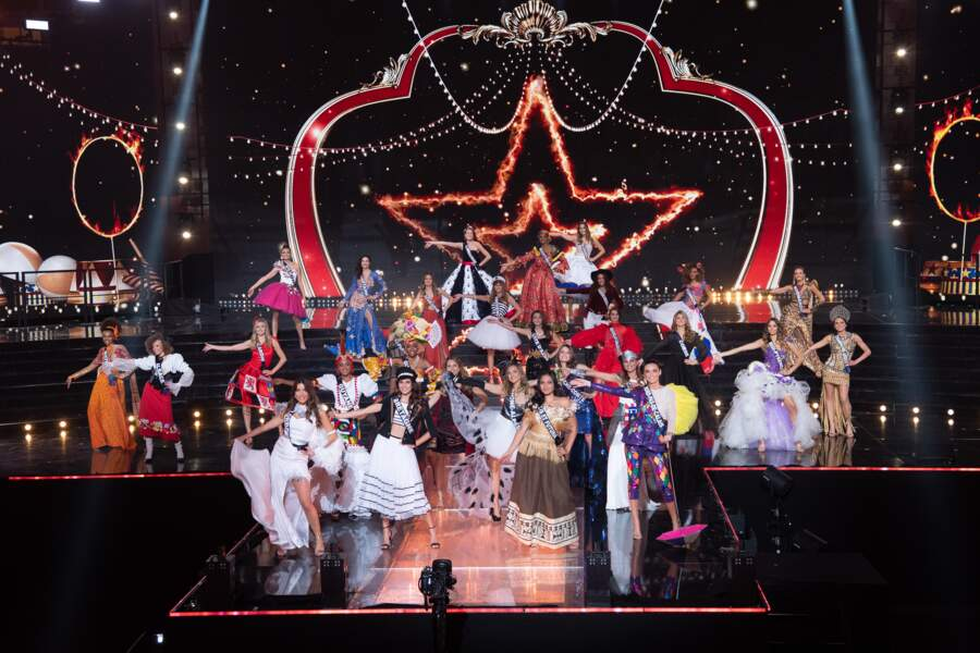 Place aux costumes régionaux des 29 Miss régionales présentes ici sur la scène du Puy du Fou.