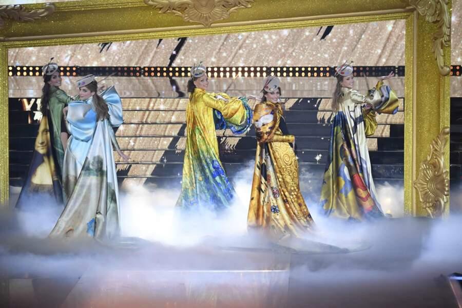 Les 5 finalistes offrent le tour dernier tableau de la soirée. De célèbres peintures sont mises à l'honneur sur ces longues capes imprimées.