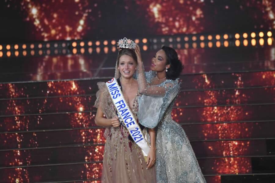 Miss France 2021 est Amandine Petit, Miss Normandie, couronnée des mains de Clémence Botino qui rend son titre après un an de règne !