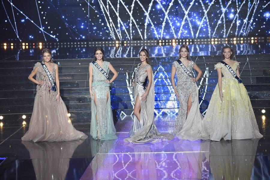 Les 5 candidates prétendantes au titre Miss France sont ici vêtues de robes haute couture.