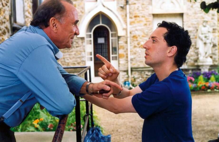 """2002 : en tant que père Léon, il apporte son soutien à """"Chouchou"""" joué par Gad Elmaleh"""