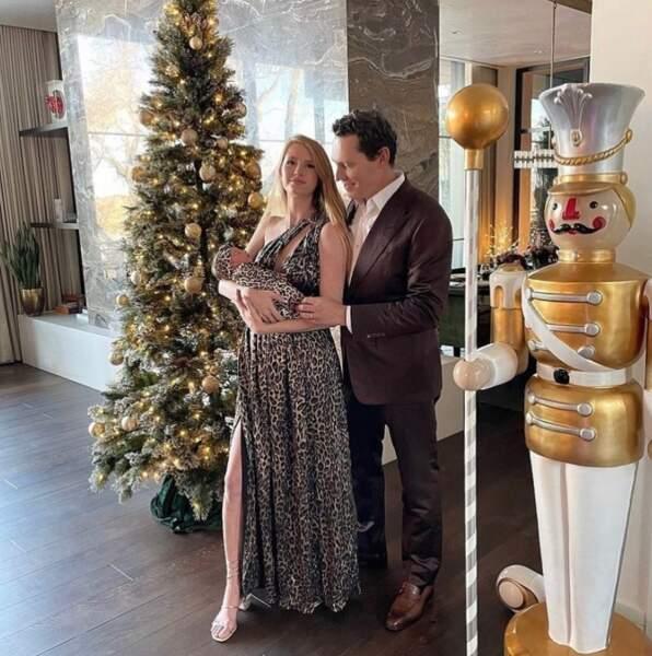 Photo de famille et décoration festive pour le DJ Tiestö, sa femme Annicka Bakes et leur fille Viola.
