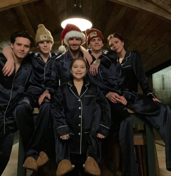 Pyjamas assortis aussi, mais bien plus sobres, pour Victoria et David Beckham et leurs enfants Brooklyn, Romeo, Cruz et Harper