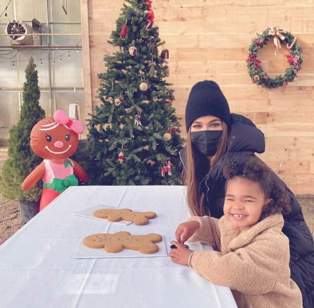 Khloe Kardashian a initié sa petite True à la confection et dégustation de bonshommes en pain d'épices