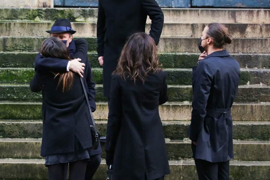 Alexandre Brasseur réconforte ses trois enfants lors des Obsèques de son père à  l'Eglise Saint Roch le 29 décembre 2020 .