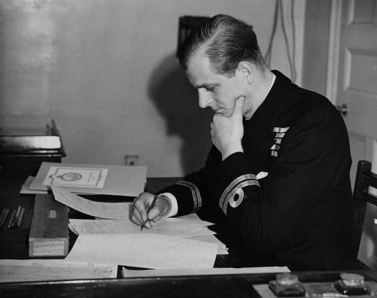 Au cours de l'année 1946 le prince Philip demandera la main d'Elisabeth. Il renoncera dans la foulée à ses titres royaux grecs et danois, se convertira à l'anglicanisme et sera naturalisé citoyen britannique, désormais il sera nommé Philip Mounbatten