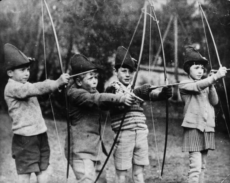 Le prince passera son enfance en France et en Allemagne. Ici (2ème à gauche), en 1929, avec ses camarades de classe à l'école Américaine de Saint Cloud en France