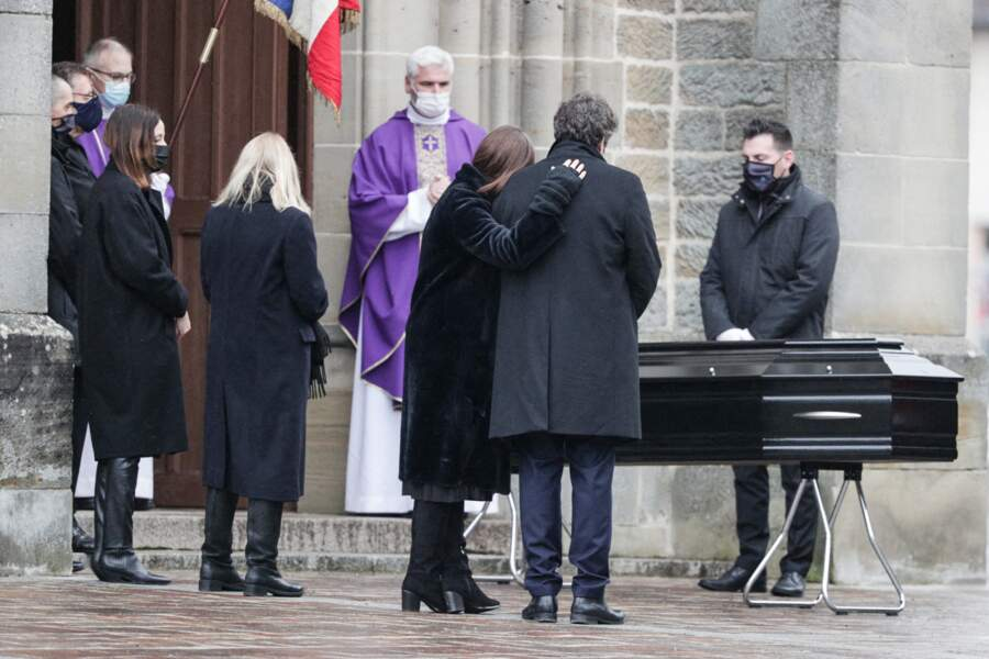 Candice Patou, sa veuve et son fils Julien Hossein se recueillent avant la cérémonie religieuse