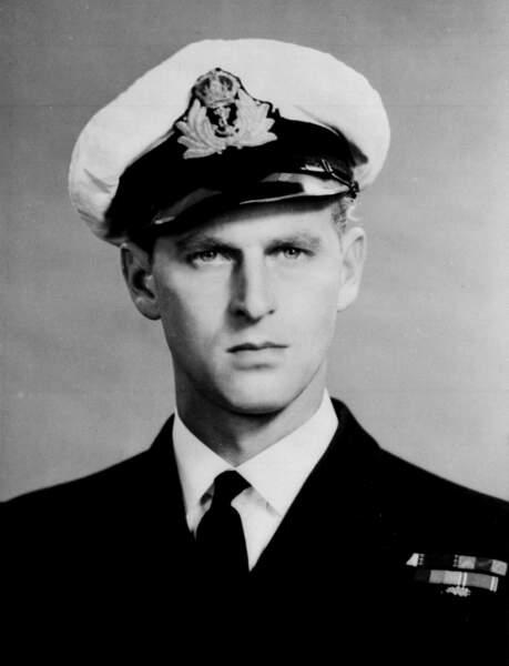 De 1940 a 1946 il naviguera sur les mers accomplissants plusieurs missions qui lui vaudront  la croix de guerre française et grecque.