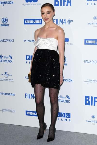 Elle est incarnée par Phoebe Dynevor, une comédienne britannique de 25 ans