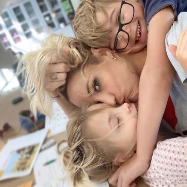 Même programme pour Elodie Gossuin et ses plus jeunes enfants, qui ont visiblement compris comment ne pas faire leurs devoirs.