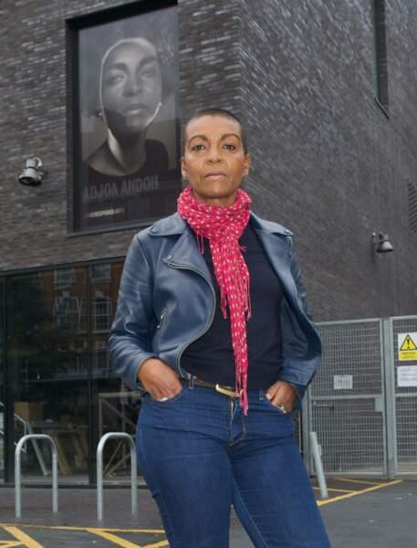 Adjoa Andoh, vue dans Doctor Who et dans Invictus, prête son élégance à cette femme bienveillante et de caractère