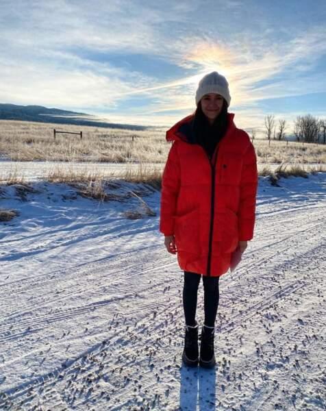 Nina Dobrev, elle, a préféré gambader dans la campagne enneigée.