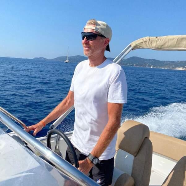 Quand il ne fait pas de sport, il prend les commandes d'un bateau pour passer une agréable journée.