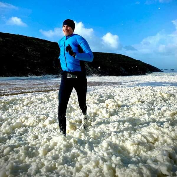 Peu importe où il se trouve, courir est essentiel, comme ici dans l'écume à Belle-Île