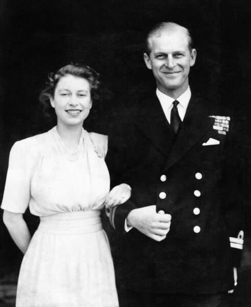 Amoureuse de son prince depuis leur première rencontre Elisabeth n'hésite pas à dire oui  ! À la demande de son père , le roi George VI, la future mariée devra attendre ses 21 ans.  Le 10 juillet 1947 les fiançailles sont enfin annoncées !