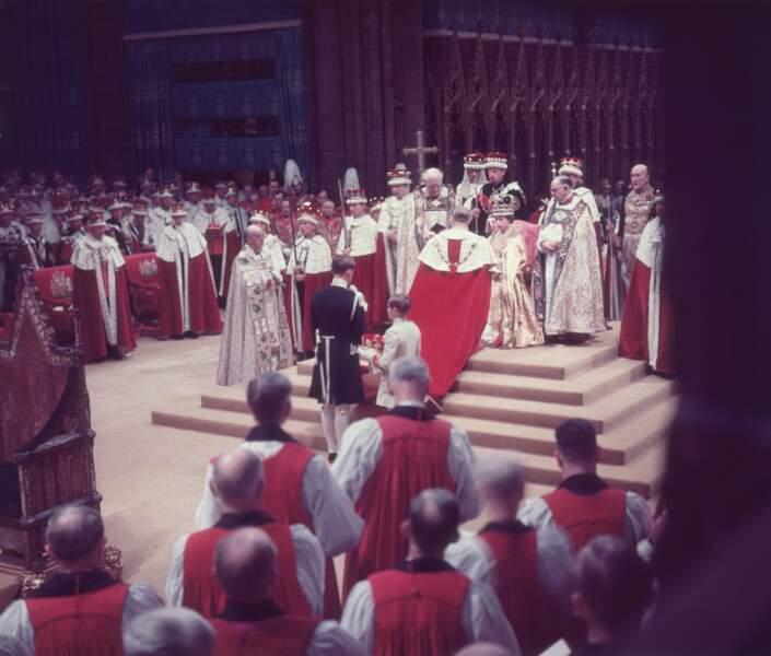 Le couronnement de la reine Elizabeth II aura lieu le 2 juin 1953 à l'Abbaye de Westminster. Ici le duc d'Edimbourg rend hommage à sa femme