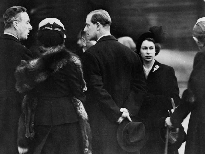 Le couple royal va entamer un certain nombre de voyages au début de l'année 1952. En escale au Kenya, l'annonce de la mort du roi George VI abrège leur voyage. Tout juste arrivée à l'aéroport de Londres, la princesse est désormais devenue la reine Elizabeth II et Philip devient Prince Consort