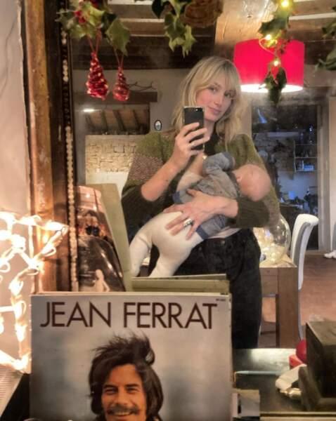 Selfie allaitement pour Pauline Lefèvre et un de ses jumeaux.