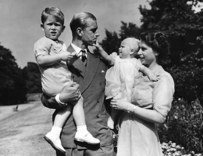 Quelque temps plus tard le couple s'installera à Clarence House.Le 15 Aout 1950 la princesse Anne y naîtra. Ici la famille se promène en 1951, dans les jardins de leur résidence.