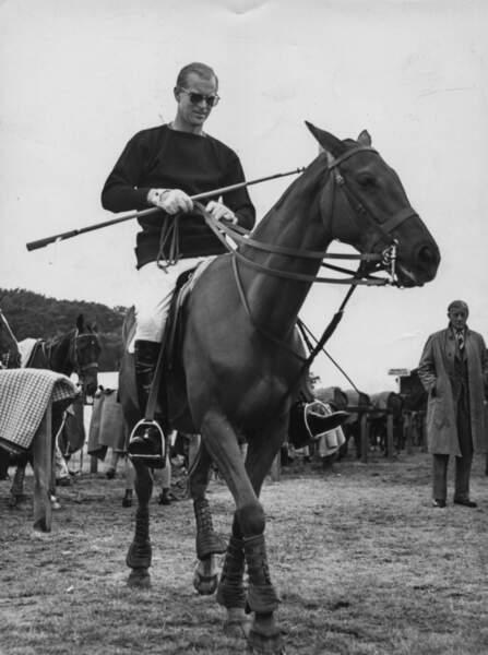 Lorsque le prince n'a pas d'obligation, il pratique le polo, une passion qu'il transmettra à ses enfants et petits enfants.