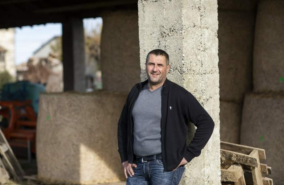Sébastien a 46 ans, il est lavandiculteur et éleveur de vaches en région Auvergne-Rhône-Alpes