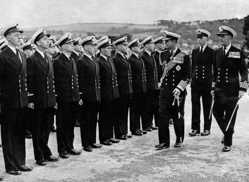 Le prince Philip prend son travail de conseiller de la reine au sérieux. Il lui arrive même de la remplacer  lorsqu'elle est indisponible. Ici au Royal Naval College il inspecte les troupes.