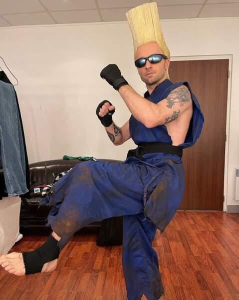 Squeezie est prêt pour Mardi Gras dans ce cosplay de Guile du jeu Street Fighter.