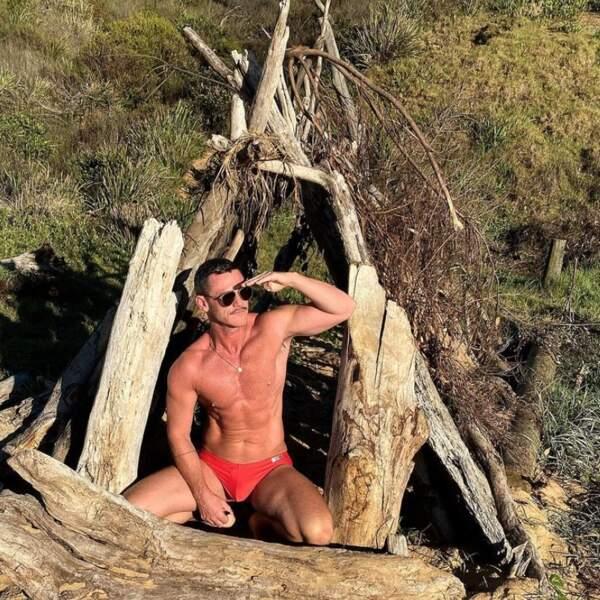 Suivi de près par l'acteur Luke Evans, de son côté en Australie.