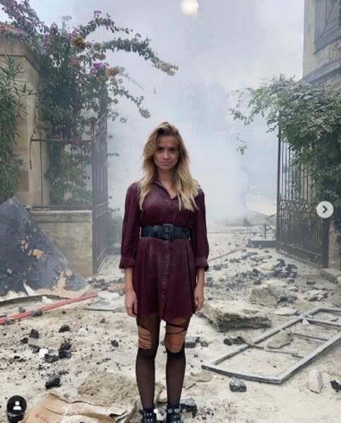Aurélie Pons (Salomé) au milieu des décombres de l'explosion d'Ici tout commence