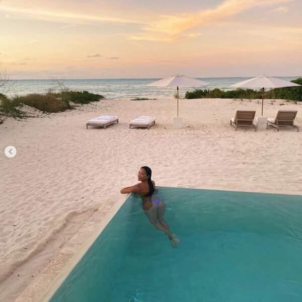 ... et Nicole Scherzinger, de face et de fesses aux Îles Turks et Caïques.