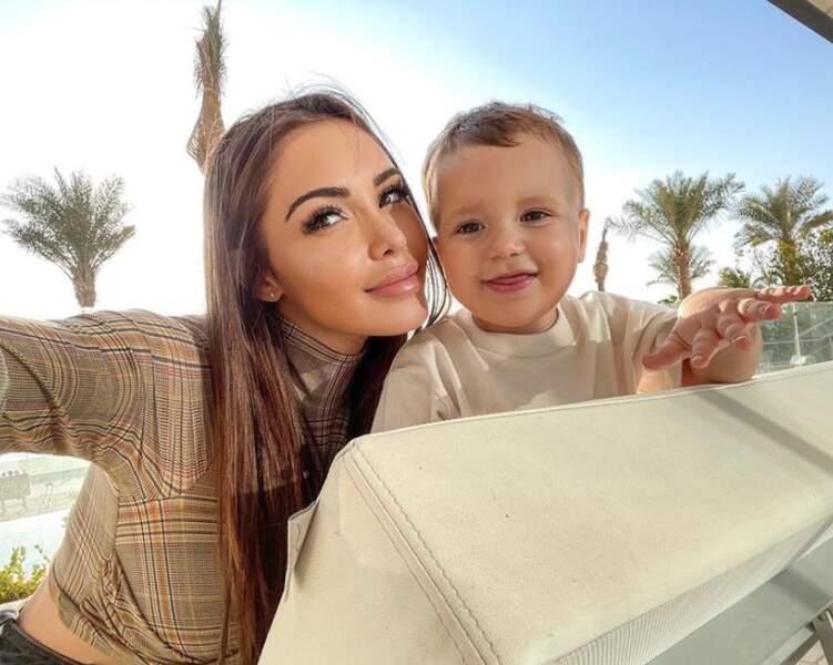 Milann, aux côtés de sa maman Nabilla.