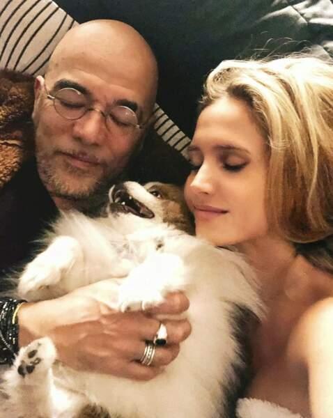 Petite sieste pour Pascal Obispo, sa femme Julie et leur fidèle compagnon.