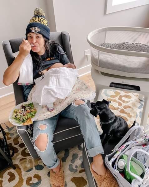 La jeune maman Jessica Szohr en plein multi-tasking.