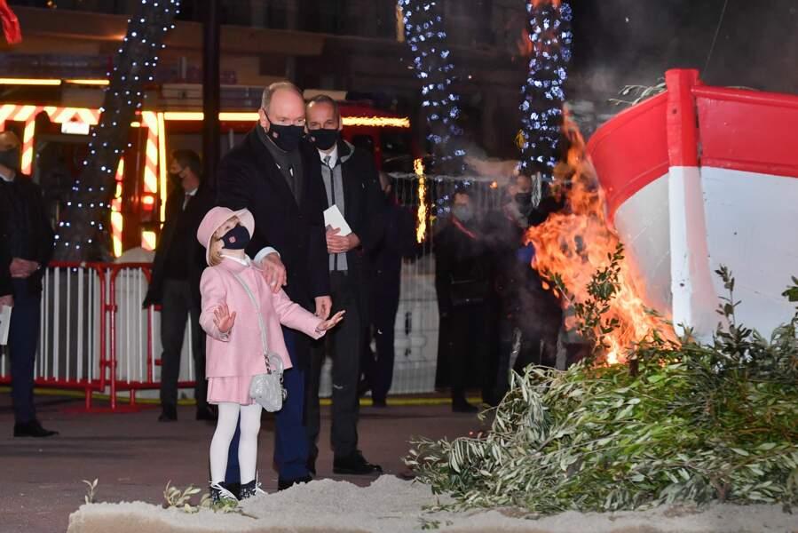 La petite princesse est impressionnée par le feu