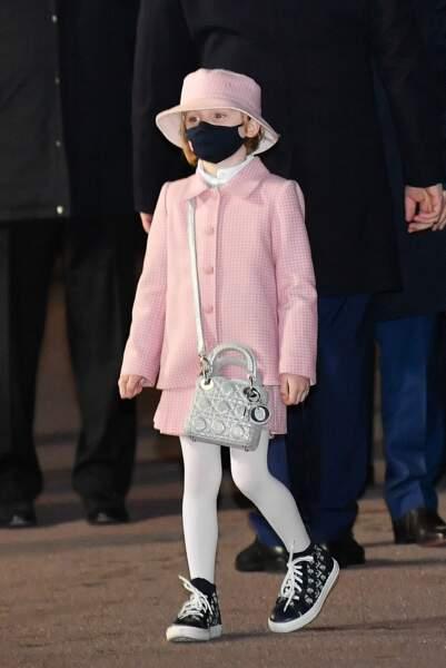 La fillette de 6 ans arbore son premier joli sac de luxe, un lady Dior !