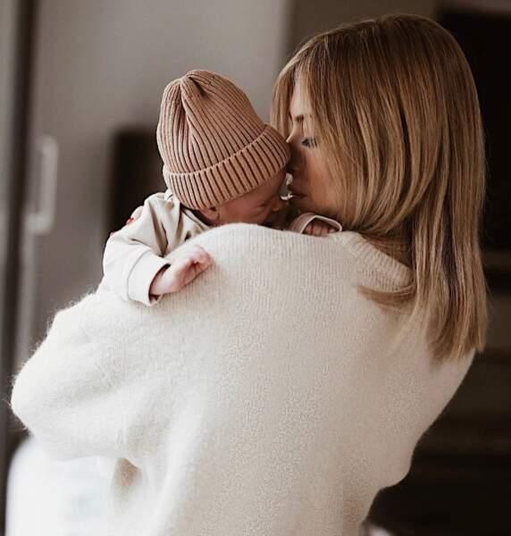 Moment de tendresse pour Stéphanie Clerbois avec sa petite Charlize