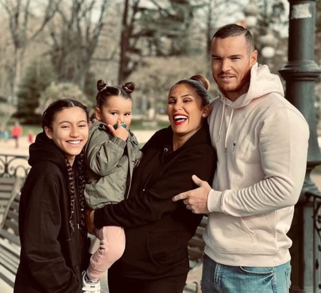 Les jeunes mariés Wafa et Oliver sont de sortie au parc avec leurs filles