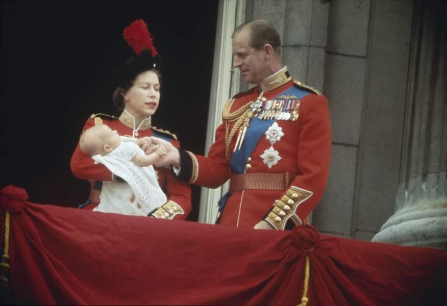 Le 10 Mars 1964 le couple royal accueillera son dernier enfant, le prince Edward. Ici au balcon de Buckingham Palace durant le Salut aux couleurs, les parents sont fières de leur fils.
