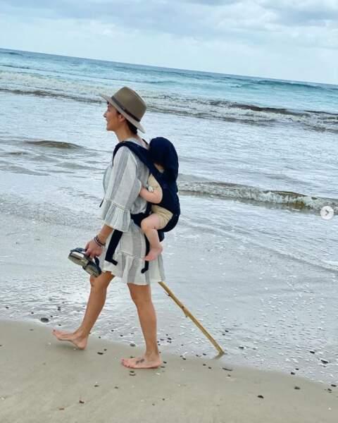 Pendant ce temps-là, Natalia Imbruglia faisait une balade à la plage avec son fils Max.