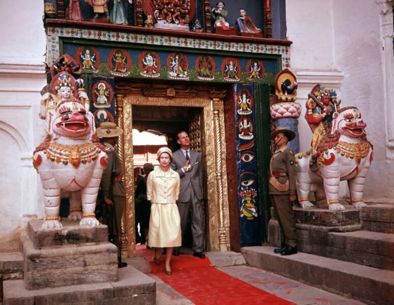 Cela n'empêchera pas le couple royal de poursuivre ses nombreux voyages. Ici la reine Elisabeth et le duc d'Edinburgh arrivent à Katmandou