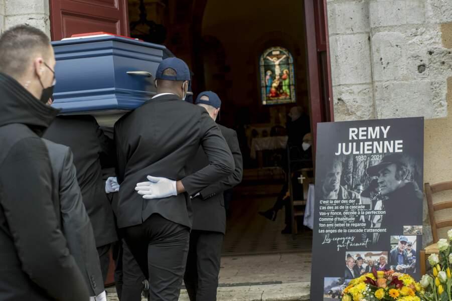 """""""Les anges de la cascade t'attendent. Ton ami Bébel te regarde"""", pouvait-on lire sur une photo posée à l'entrée de l'église, où Rémy Julienne pose aux côtés de Jean-Paul Belmondo"""