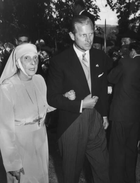 Bien qu'éloigné de sa mère depuis sa jeunesse, le prince Philip gardera un lien fort avec sa mère.
