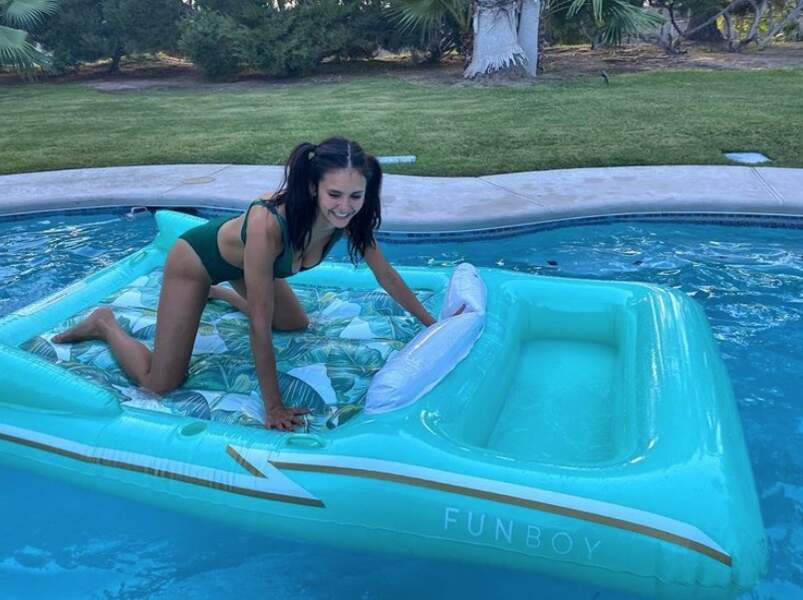 Nina Dobrev a fait mumuse sur sa bouée en bikini.