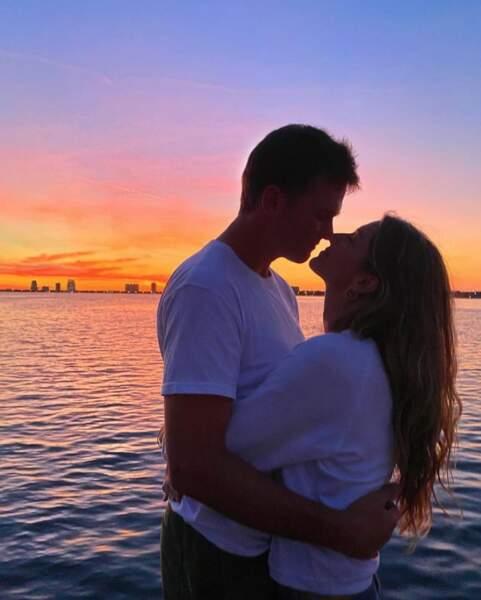 Câlin au soleil couchant pour Gisele Bündchen et Tom Brady.